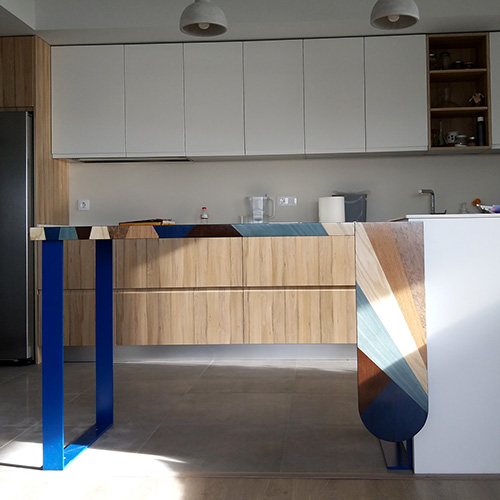 Kitchen bar with marquetry design in natural and blue tones
